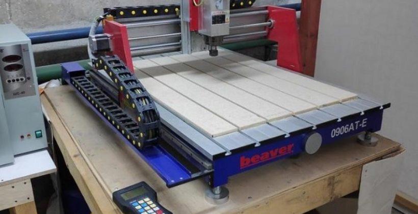 Имеет легкое управление и обрабатывает детали с высокой точностью фрезерный станок по дереву Beaver 0906AT-E с ЧПУ