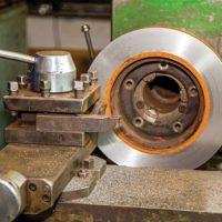 Для чего нужно протачивать тормозные диски автомобиля, технология проточки на токарном станке